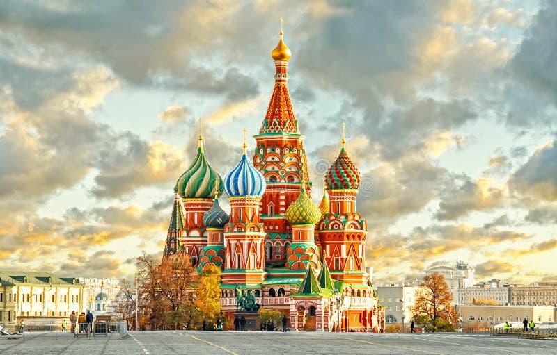 MOSKVA, RYSSLAND, vykortsikt av den röda fyrkanten och ST Cahtedral BASILIKA royaltyfri fotografi