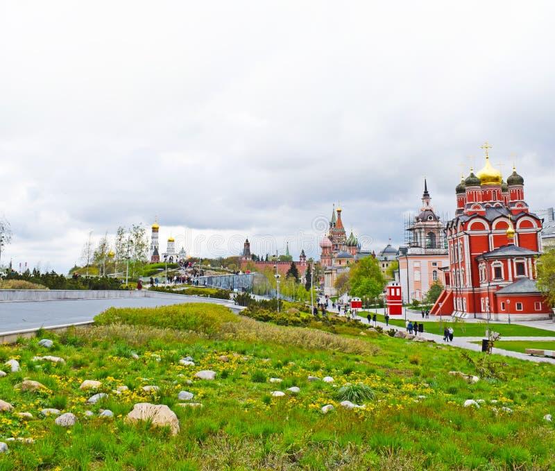 Moskva Ryssland - Zaryadye parkerar arkivbilder