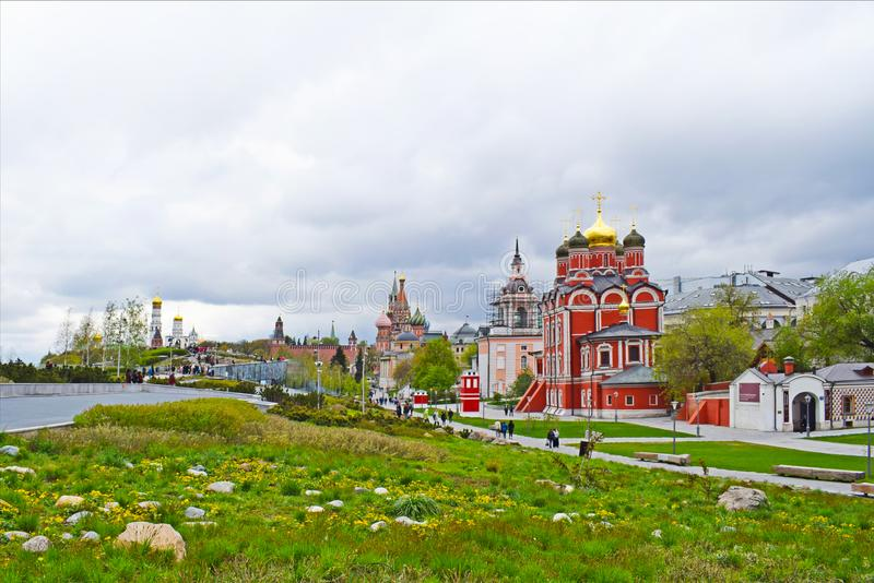 Moskva Ryssland - Zaryadye parkerar arkivbild