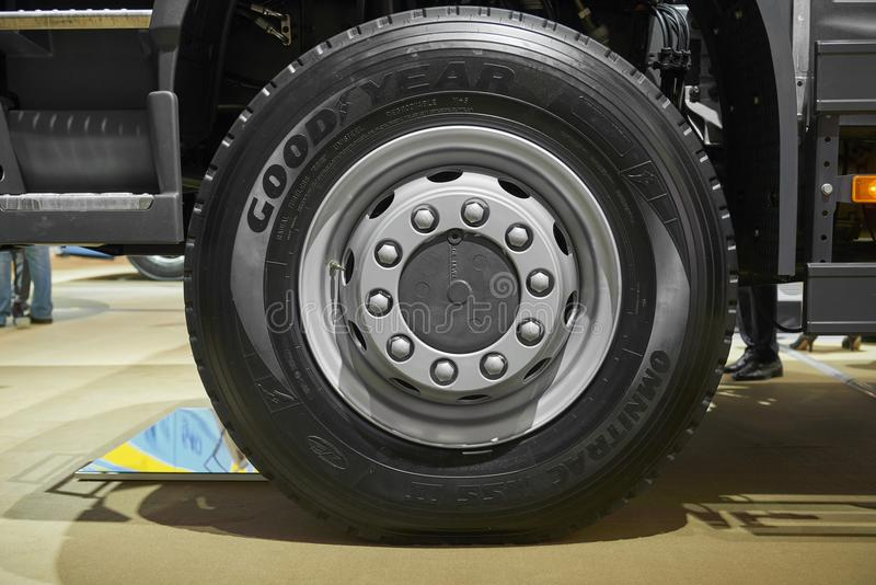 MOSKVA SEPTEMBER, 5, 2017: Rullar tröttar den övre sikten för slutet på den främre axeln för den Volvo lastbilen och Lastbilhjulk arkivbilder