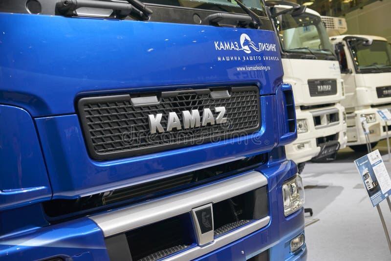 MOSKVA SEPTEMBER, 5, 2017: Rysk logo för lastbil KAMAZ på motorhuven Berömda Kamaz lastbilar Bilutställningar på kommersiell tran arkivbilder