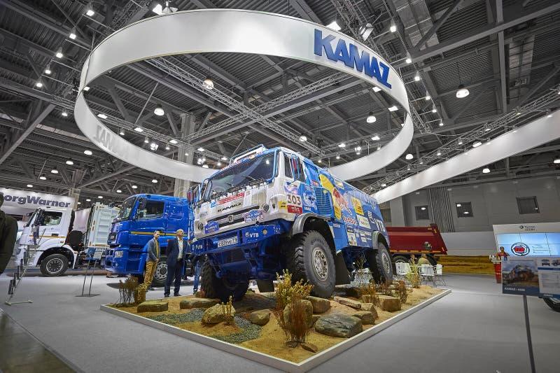 MOSKVA SEPTEMBER, 5, 2017: Sikt på för av-väg för Kamaz gyttjalopp utställning lastbil på utställningen ComTrans-2017 för kommers arkivfoto