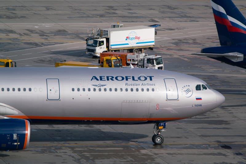 Moskva Sheremetyevo flygplats, Ryssland - September 24, 2016: Aeroflot - rysk flygbolagflygbuss A330-343X, åka taxi för VQ-BPI royaltyfria bilder