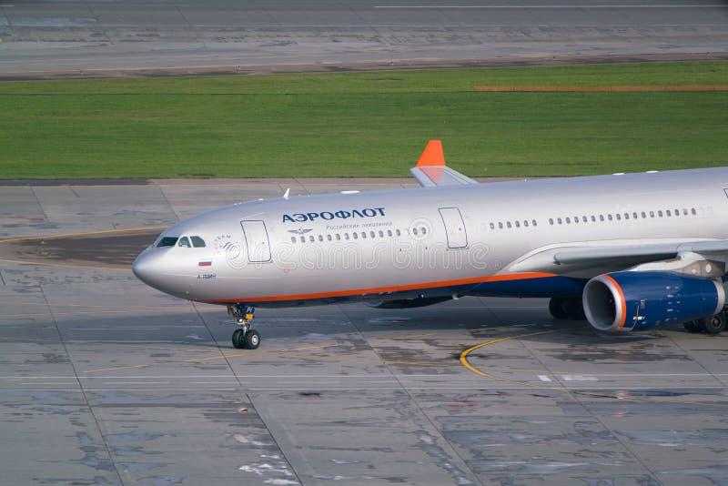 Moskva Sheremetyevo flygplats, Ryssland - September 24, 2016: Aeroflot - rysk flygbolagflygbuss A330-343X, åka taxi för VQ-BPI arkivbilder