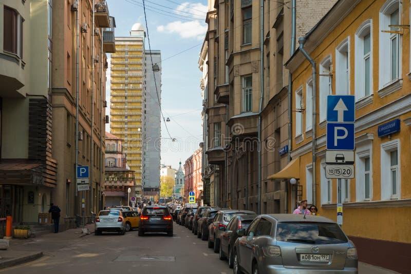 Moskva, sikt av den Bolshoi Afanasyevsky gränden och höghus på den Novy Arbat gatan royaltyfri bild
