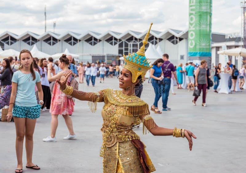 Moskva Sokolniki parkerar, Augusti 19, 2018: en ung flicka i en festlig thailändsk nationell dräkt som framme poserar av kameran arkivfoton