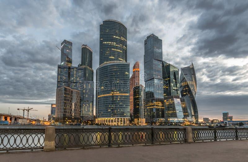Moskva-stad för affärsmitt på skymning royaltyfri bild