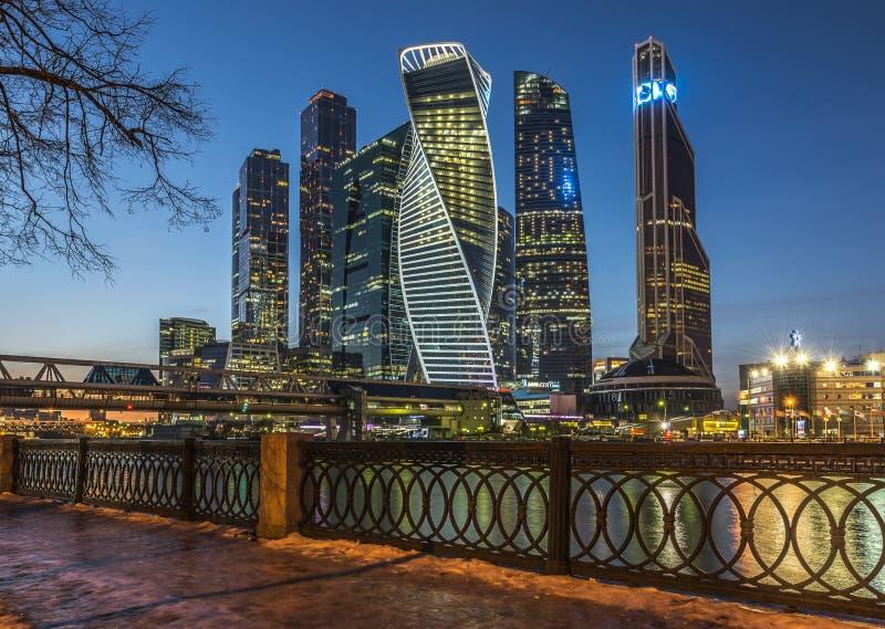 Moskva-stad för affärsmitt på skymning royaltyfria bilder