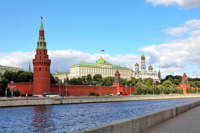 Moskvaflod, Kremlinvallning och MoskvaKreml i sommar arkivbilder