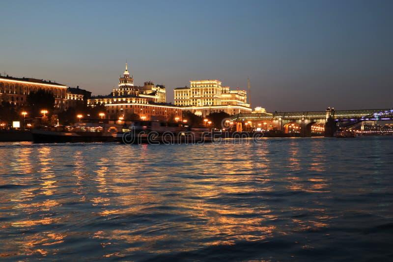 Moskvaflod och försvarsdepartementet på natten arkivbild