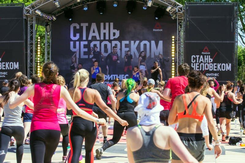 Moskvakonditionfestival på luft i parkera Festival av den sunda livsstilen Sport i det moderna livet arkivfoton