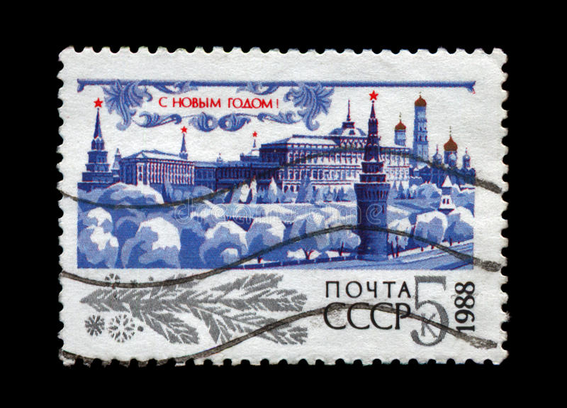 MoskvaKreml med den röda stjärnan, träd under snö för nytt år, circa 1987, royaltyfria bilder