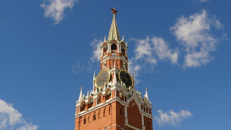 MoskvaKreml, röd fyrkant Det Spasskaya tornet och klockan dekorerade vid rubinstjärnan på överkanten av den blå sky för bakgrund royaltyfri fotografi
