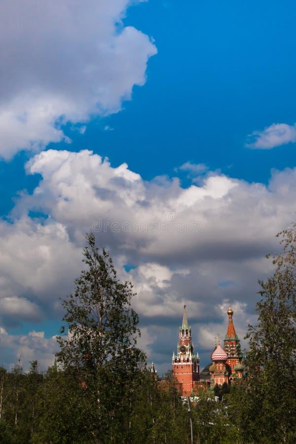 MoskvaKreml under den blåa himlen med moln och björkar arkivfoton