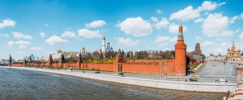 MoskvaKremlsikt från bron över panoraman för flodmoscow flod arkivfoto