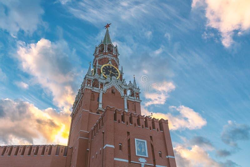 MoskvaKremlSpasskaya torn och härlig molnig aftonhimmel royaltyfria bilder