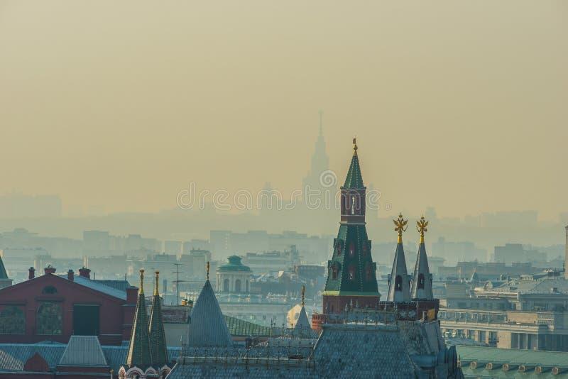 MoskvaKremltorn, stadstak, kontur av Moskvatillståndet royaltyfri foto