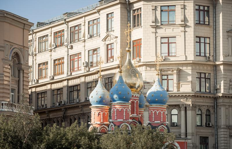Moskvamitt med domkyrkakupoler arkivbilder