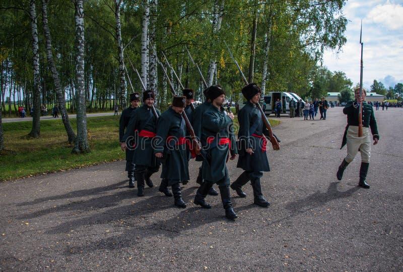 MOSKVAREGION - SEPTEMBER 06: Okända soldater som går på Borodino historisk reenactment, slåss på dess årsdag 203 fotografering för bildbyråer