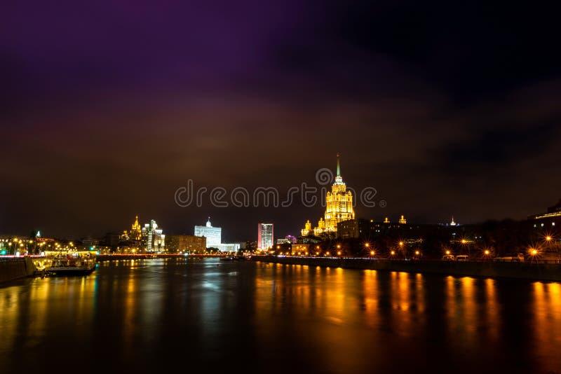Moskvas nattliga landskap Hotel Ukraina och den ryska federationsregeringens hus royaltyfri bild