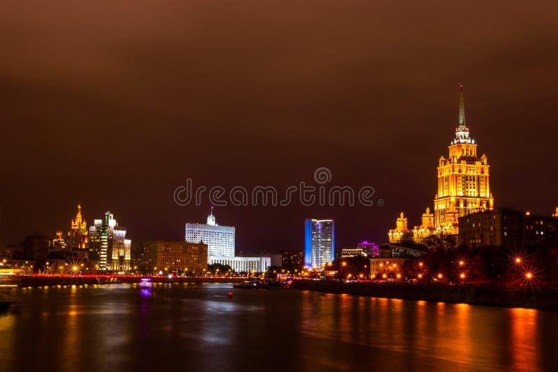 Moskvas nattliga landskap Hotel Ukraina och den ryska federationsregeringens hus royaltyfri fotografi