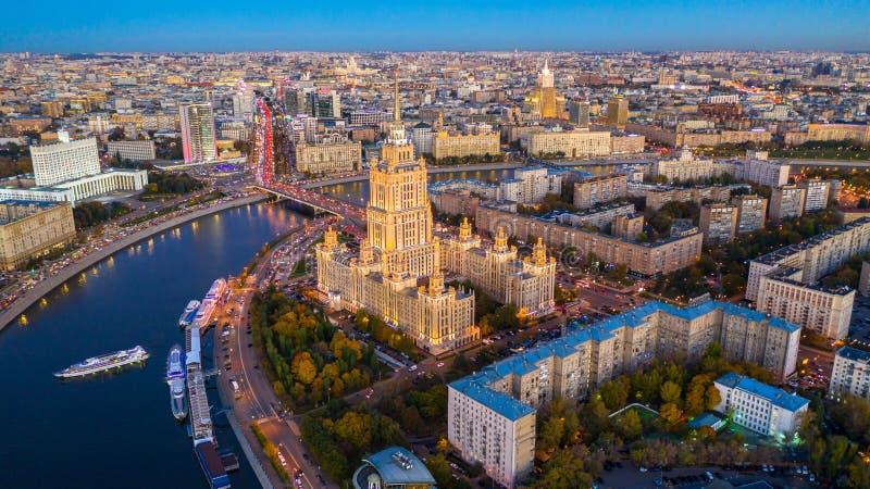 Moskvas stad med Moskvafloden i Ryska federationen, Moskvaskylin med den historiska arkitekturen skyskraper, Aerial view, royaltyfria foton