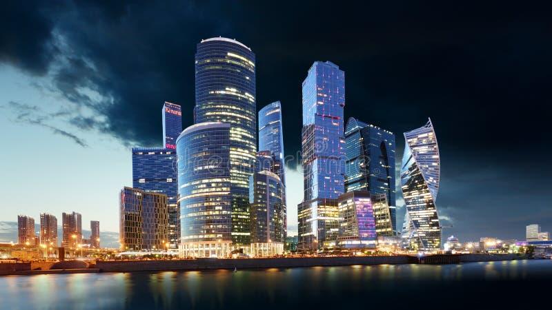 Moskvastadshorisont Internationellt aff?rscentrum p? nattetid med den Moskva floden arkivfoto