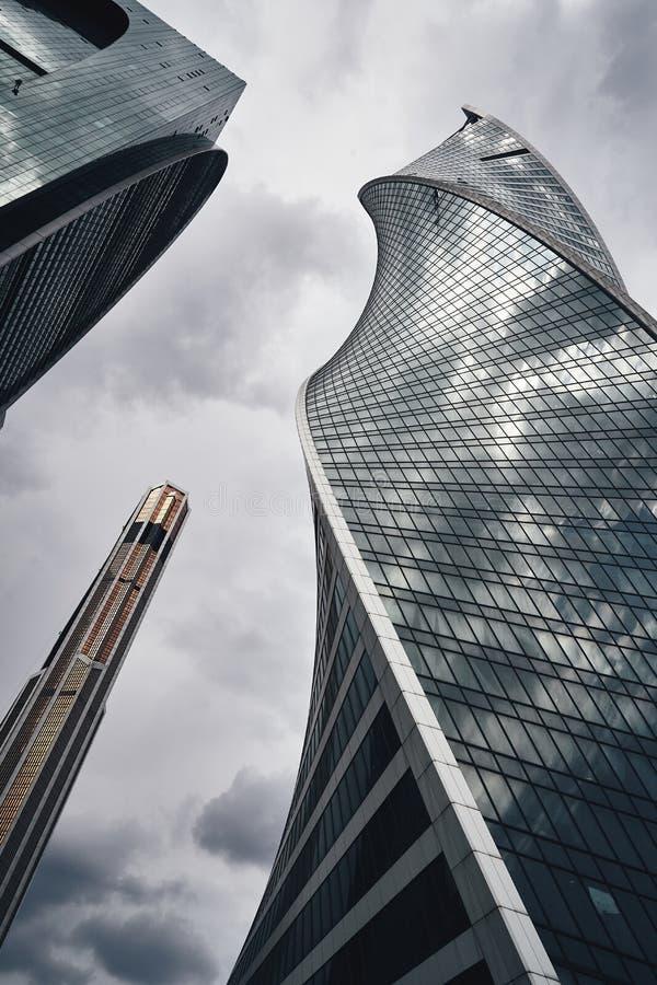 Moskvastadsskyskrapor i sommar i molnigt väderperspektiv royaltyfria bilder