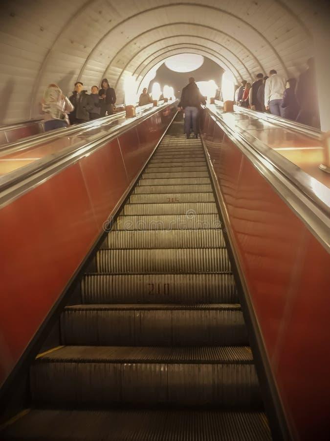 Moskvatunnelbana uppför trappan arkivbilder