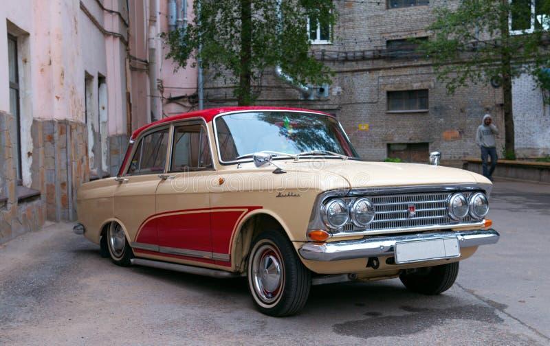 Moskvich 408 - ретро автомобиль от СССР стоковое фото