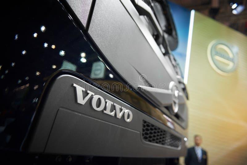 MOSKWA, APR, 18, 2018: Zamyka w górę diagonalnego widoku na popielatym Volvo tipper ciężarówki logu na kapiszonu grzejniku Szwedz zdjęcia stock