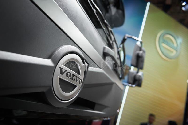 MOSKWA, APR, 18, 2018: Zamyka w górę diagonalnego widoku na popielatym Volvo tipper ciężarówki logu na kapiszonu grzejniku Szwedz obraz stock