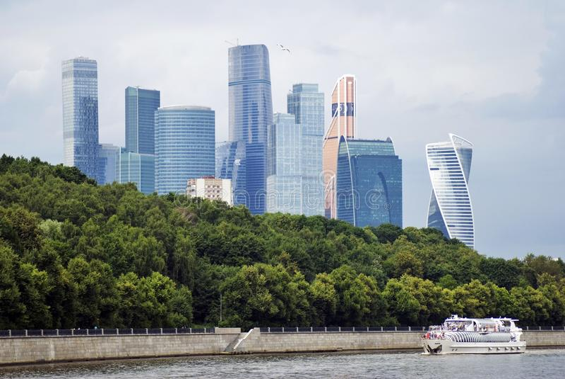 Moskwa centrum miasta Statek wycieczkowy żegluje wzdłuż budynków zdjęcia royalty free