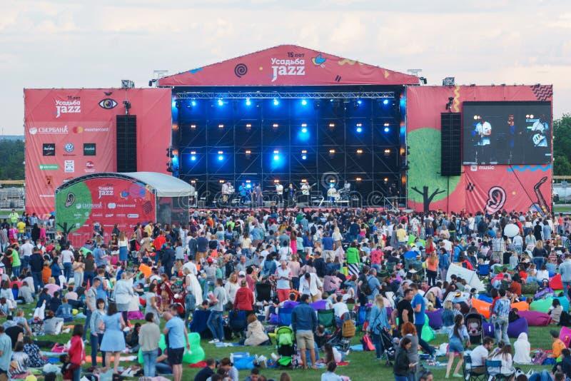 Moskwa, Czerwiec 3, 2018 - główna scena festiwalu muzyki ` Usadba Jazzowy ` zdjęcie stock