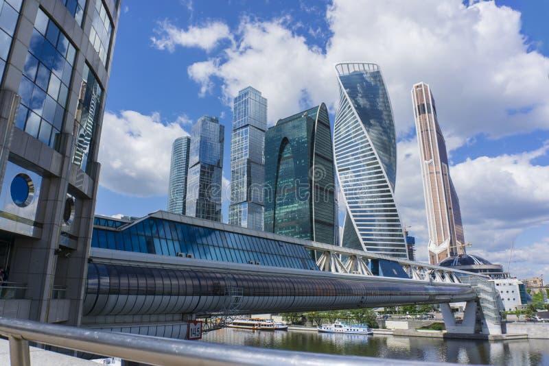 MOSKWA, CZERWIEC - 08, 2017: Szeroki kąta widok miasto drapacze chmur nowożytna budynek reklama zdjęcie royalty free