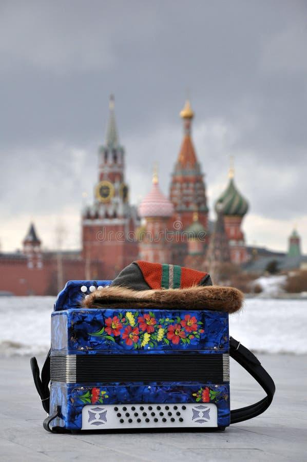 Moskwa, federacja rosyjska - Marzec 10, 2019: Rosyjski akordeon na tle Moskwa Kremlin obraz royalty free