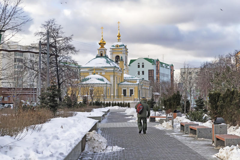 Moskwa, federacja rosyjska - Styczeń 21, 2017: Lokalizować w transfiguracja kwadrata widoku kościół od graniczącego ogródu obraz stock