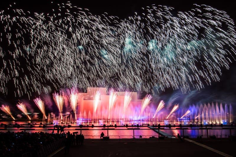 Moskwa festiwalu Międzynarodowy okrąg światło Fajerwerku przedstawienie na Moskwa wioślarskim basenie fotografia stock