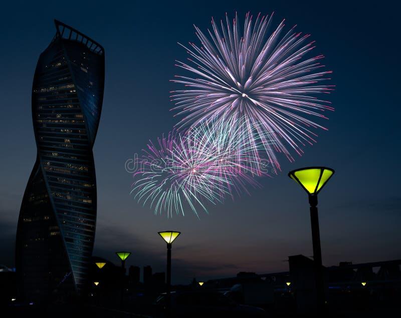MOSKWA, JUN - 23, 2018: Quay z lampposts i ewolucja drapaczem chmur, fajerwerku kolaż zdjęcie stock