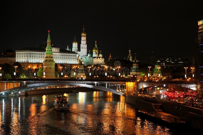 Moskwa Kremlin przy nocą Popularny turystyczny widok główny attrac fotografia royalty free