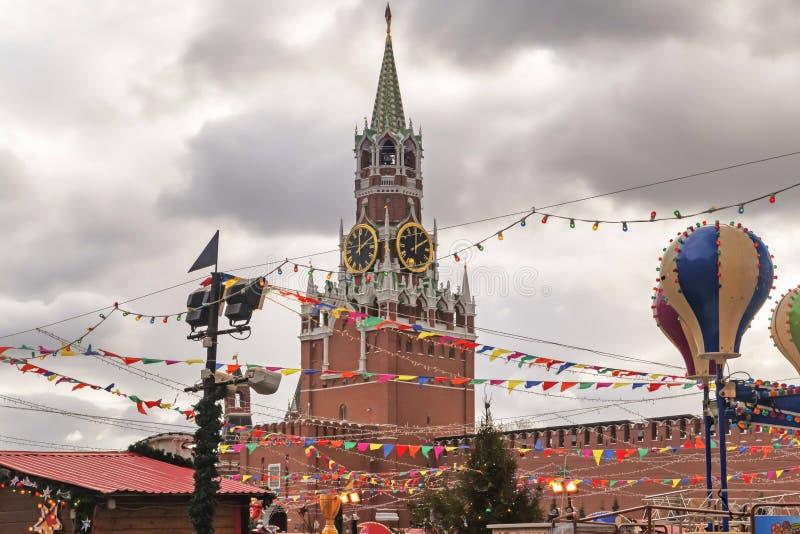 Moskwa Kremlin, Spasskaya dekoracje na chmurzącym zimy niebie - basztowe i barwione fotografia stock