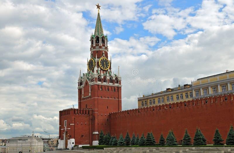 Moskwa Kremlin Spassky wierza i część ściana obrazy royalty free