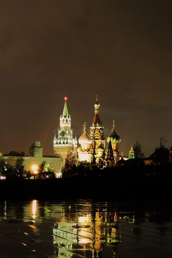 Moskwa Kremlowski i Świątobliwi basile Katedralni przy nocą obraz royalty free