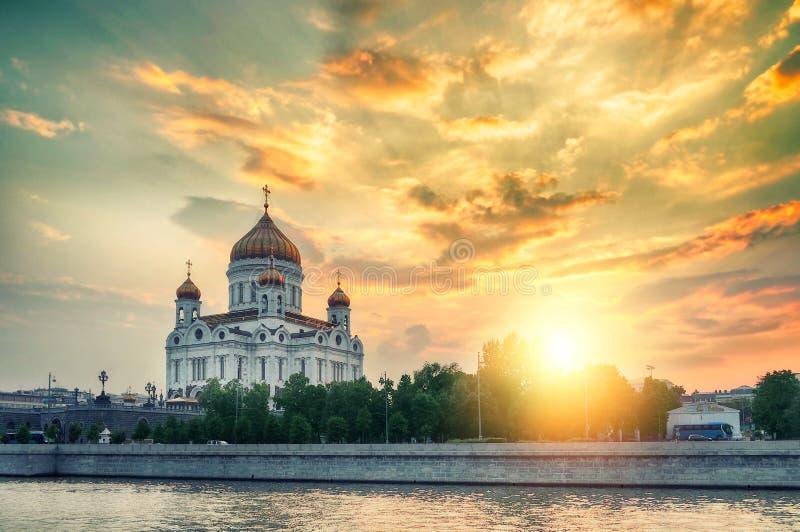 Moskwa kształtuje teren - katedrę Chrystus wybawiciel w lato kolorowym zmierzchu w Moskwa, Rosja zdjęcie royalty free