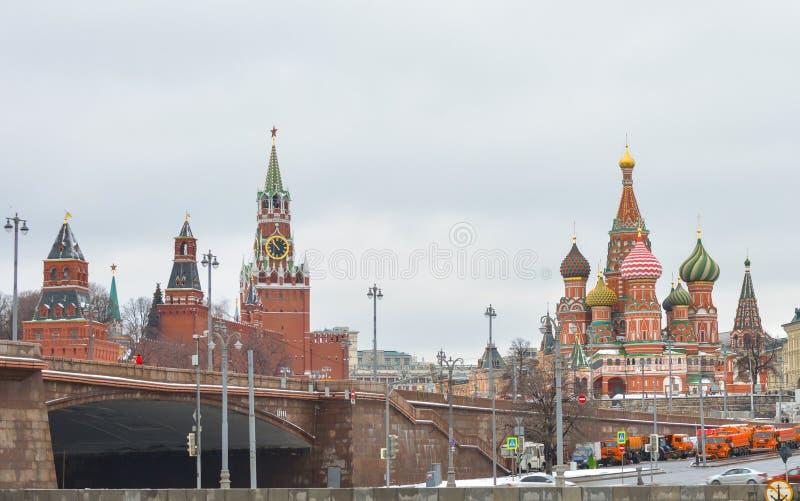 MOSKWA Luty 24, 2017: Widok od Sofia quay Spasskaya wybawiciela wierza, St basilu ` s katedra zdjęcie stock