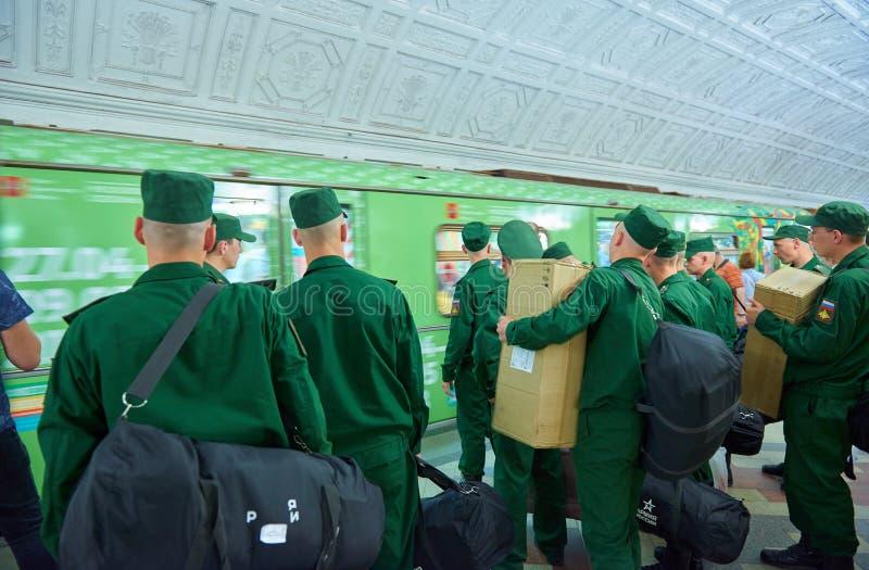 MOSKWA, MAJ, 13, 2018: Emergencies ministerstwa żołnierze w zieleni mundurują z pudełkami i duże torby czekają zielonego pociąg p obrazy royalty free
