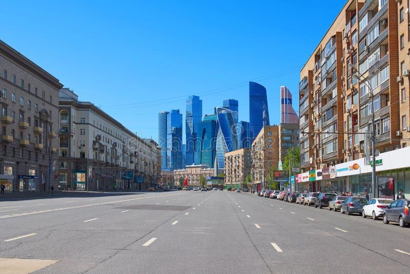 MOSKWA, MAJ, 9, 2018: Perspektywiczny widok miasto samochodowa droga wśród budynków i sklepy z Moskwa miasta biznesowym biurem ze obraz royalty free