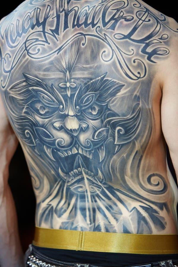 Tatuujący samiec plecy przy V Moskwa tatuażu Międzynarodową konwencją 2012 zdjęcia royalty free