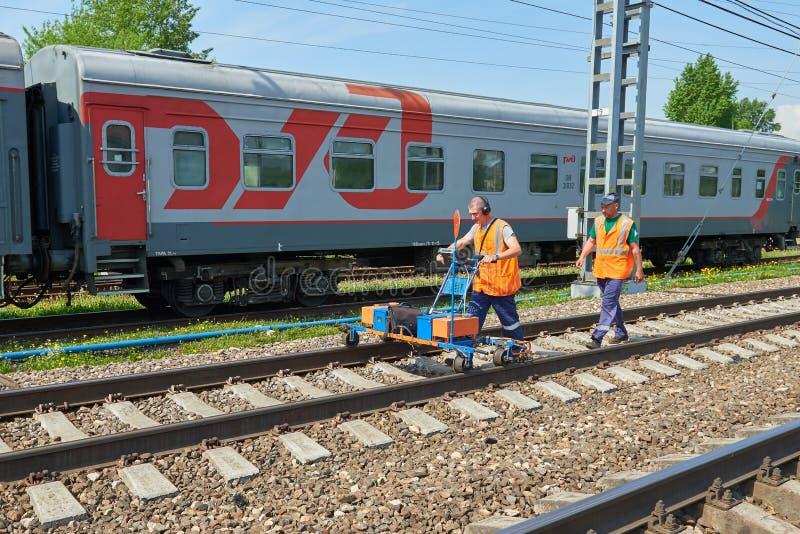 MOSKWA, MAJ, 18, 2018: Widok kolejowa utrzymań workes grupa z tramwajem robi linii kolejowej ultrasonic inspekci co i projektowi zdjęcie royalty free