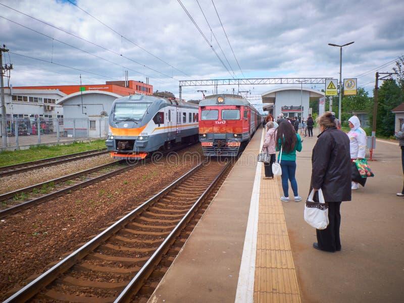 MOSKWA, MAJ, 31, 2018: Widok na miasto pociągu pasażerskim przychodzi stacja kolejowa z czekań ludźmi Rosyjskich kolei elektryczn obraz royalty free